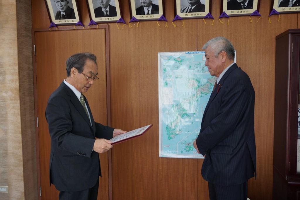 自民党沖縄県連第5次公認予定候補者の「伊佐ミツオ」氏へ公認証の交付を行いました